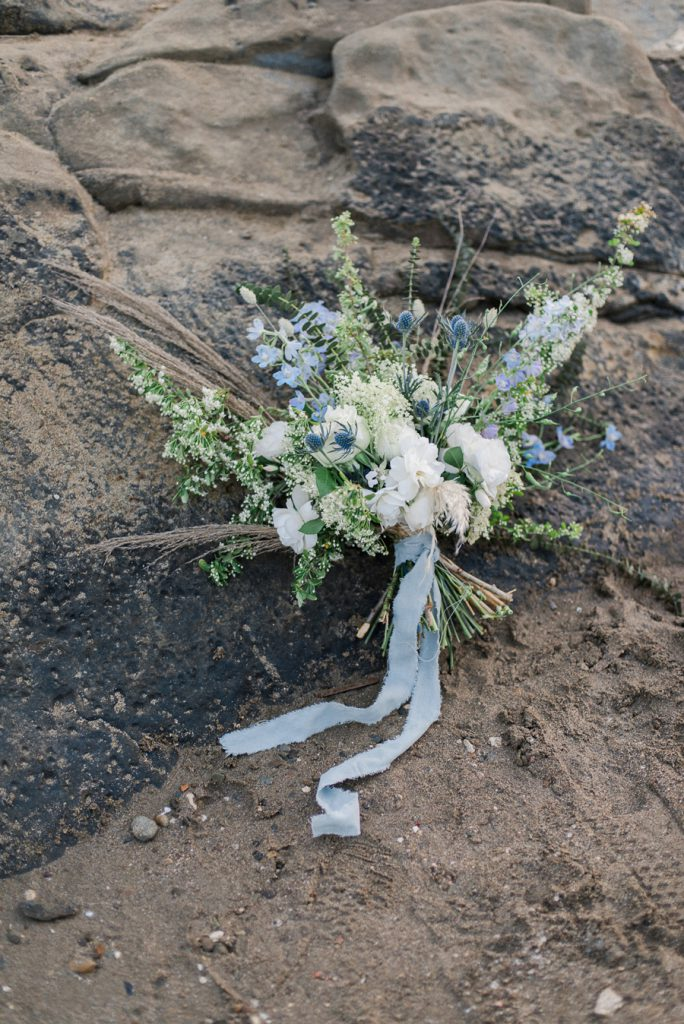 ispirazione matrimonio in spiaggia bouquet scomposto